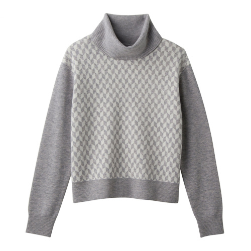 浅灰色羽绒服搭配什么颜色毛衣