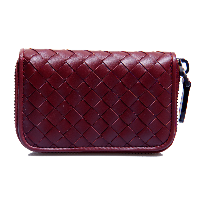Bottega Veneta是意大利奢侈品牌,产品由最初的皮包扩展至服装、高级珠宝、香水及家居用品不同领域。有着意大利爱马仕之称的Bottega Veneta创始人是Moltedo家族,他们于1966年在意大利Vicenza设立总部,取名为BOTTEGA VENETA,意即VENETA工坊。Moltedo家族皮革梭织法,让Bottega Veneta在70年代发光发热,成为知名的奢侈名牌。