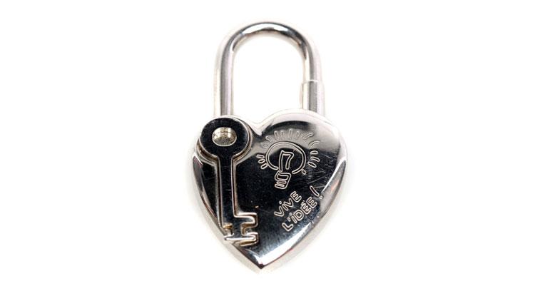 银色心形的包锁,钥匙的浮雕效果搭配卡通气息的灯泡图案,时